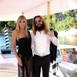 Normalerweise spielt Heidi Klum die Hauptrolle bei Fashion-Events. In Venedig lässt sie ihrer Tochter Leni den Vortritt,im schwarzen Dress mit Ehemann Tom an ihrer Seite sieht sie dennoch super sexy aus.
