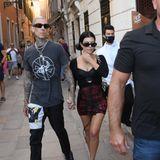 Vor dem Fashion-Mega-Event nutzenTravis Barker und Kourtney Kardashian die Zeit noch für einen Stadtbummel im sommerlichen Rocker-Style.