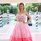 Prinzessin in Pink: Januar Jones bezaubert auf dem Steg des Excelsior Hotels im verträumten Tüll-Dress.