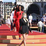 Schon bei den Proben für die große Show zeigt sich Leni Klum im Blazer-Look ganz stylisch. Und P. Diddys Zwillinge D'Lila und Jessie geben sich in roten Jogging-Anzügen ganz lässig.