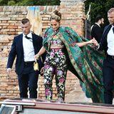 Hier kommt die Fashion-Queen: Jennifer Lopez lässt sich im eindrucksvollen, floralen Dolce&Gabbana-Look ins Wassertaxi helfen. Aber auch die vielen anderen Stars, die zur Fashion-Show des Luxuslabels nach Venedig gekommen sind, machen mit ihren Outfits Eindruck.