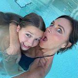 Familie Beckham: Victoria Beckham und Harper Seven im Pool