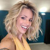 """""""Große Revolutionen finden in der Stille statt"""", schreibt Michelle Hunziker zu diesem Selfie, das sie mit neuer Frisur zeigt. Gute zehn Zentimeter Haar hat die Dreifachmama gelassen und trägt jetzt einen fransigen Bob-Schnitt. Die Haare sind zudem leicht gewellt und schimmern herrlich sommerlich in verschiedenen Blond-Nuancen. Wir finden es grandios und der Moderatorin scheint es, ihrem Lachen nach zu urteilen, auch zu gefallen."""