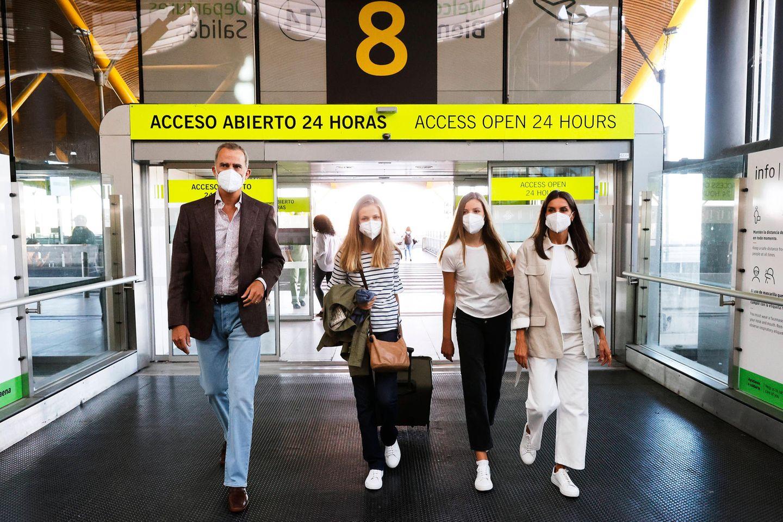 30. August 2021  Jetzt heißt es Abschied nehmen: König Felipe, Königin Letizia und Infantin Sofìa bringenPrinzessin Leonor zum Flughafen von Madrid. Von dort aus startet die Thronfolgerin in ihr neues Schulleben am Atlantic College in Wales.