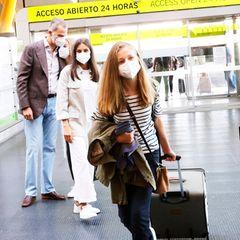 Buen viaje!Während Letizia ihrer Tochter wehmütig hinterherschaut, tröstet Papa Felipe schon seine zweite Tochter Sofìa. Leonors jüngere Schwester wird ihre große sicherlich am meisten vermissen. Für die 15- jährigePrinzessin beginnt jetzt eine spannende, neue Zeit, die sie übrigens noch mit einer anderen Prinzessin teilt: Alexia der Niederlande ist heute auch nach Wales aufgebrochen.