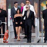 Viel Haut zeigen Kourtney Kardashian und Freund Travis Barker im schwarzen Partnerlook.