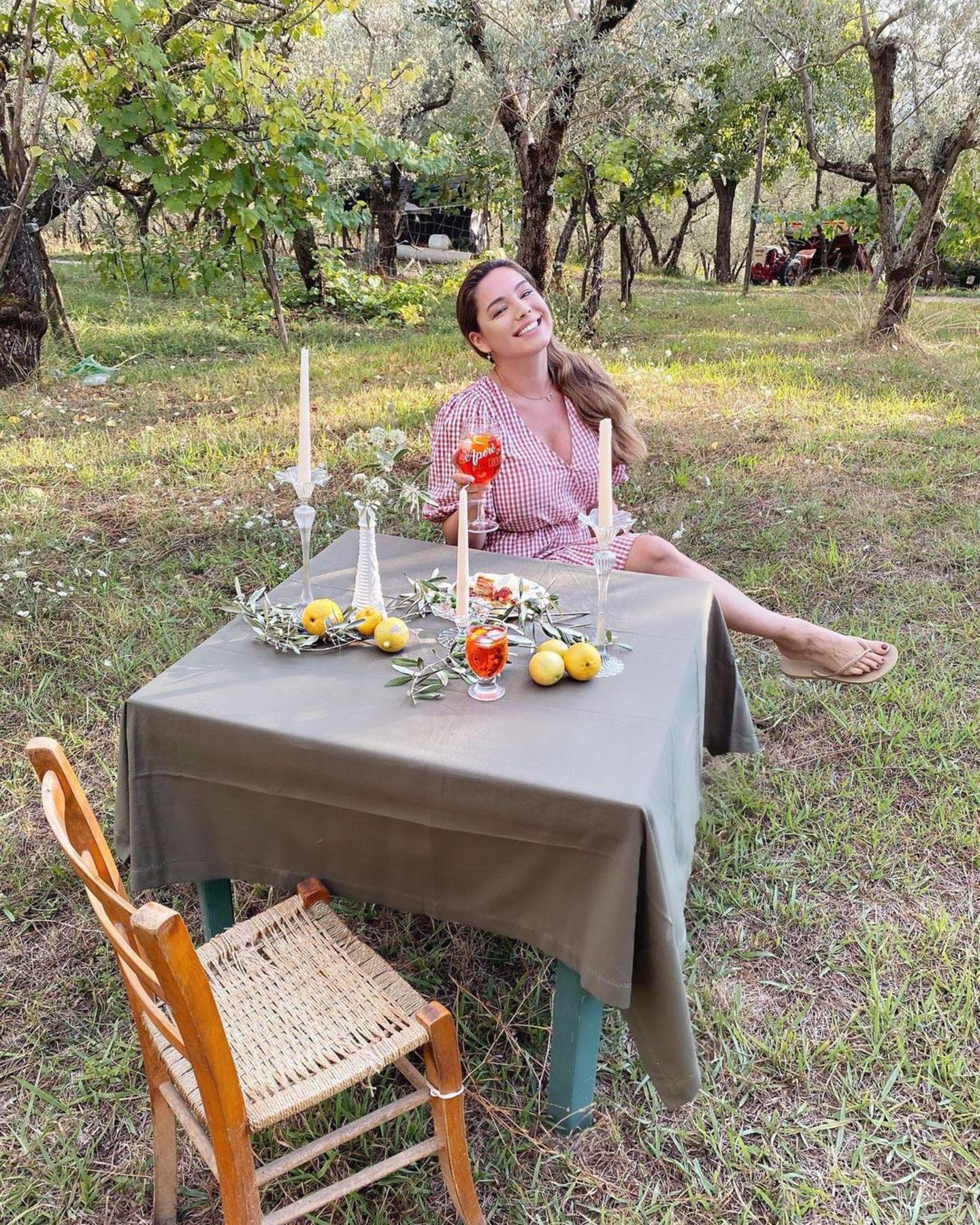 Happy Hour: Kelly Brook am Tisch mit Getränk