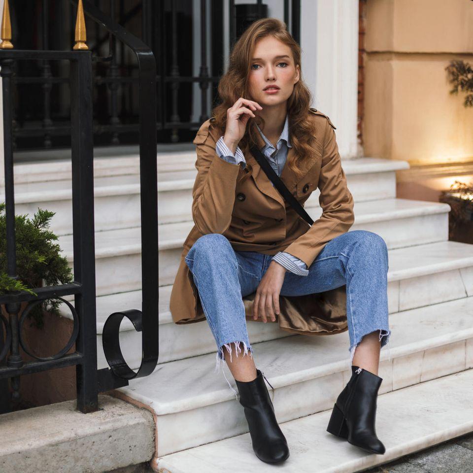Übergangsjacken: Diese Modelle liegen diesen Herbst im Trend, junge Frau im Trenchcoat