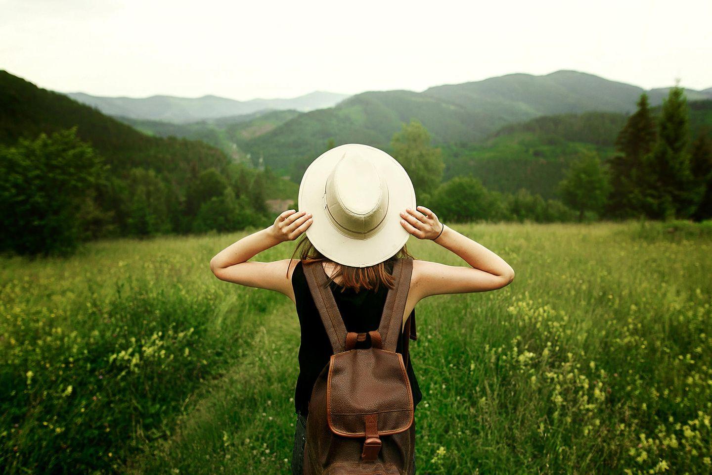 Umweltbewusste Sternzeichen: Frau beim Wandern