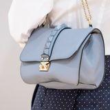 Mit derRockstud-Bag von Valentino (Kostenpunkt etwa 1.700 Euro) in einem zarten Taubenblau verleiht Victoria ihrem Look einen spannenden Twist. Die It-Bag ist ein Dauerbrenner bei der Schwedin. Schon bei mehreren Events hatte sie ihren klassisch-eleganten Looks damit Feuer eingehaucht.