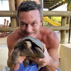 Wilde Tiere: Luke Evans mit Schildkröte