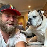 Hollywuff: Hund legt Pfote auf die Schulter von Jonah Hill