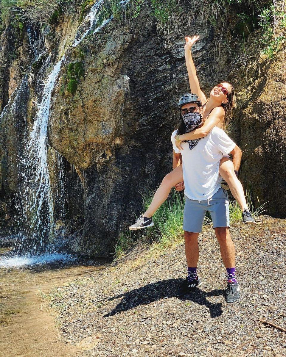 Familie Hudson: Kate und Danny am Wasserfall in Colorado