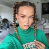 Einfach und so effektiv – Model Josephine Skriver trägt eine Flechtfrisur, die wirklich jeder nachstylen kann. Die Haare bindet man dazu einfach zu zwei hohen Pigtails und flechtet bis zum Ende der Haare. Je dünner die Zopfgummis sind, umso weniger wird man sie später sehen.