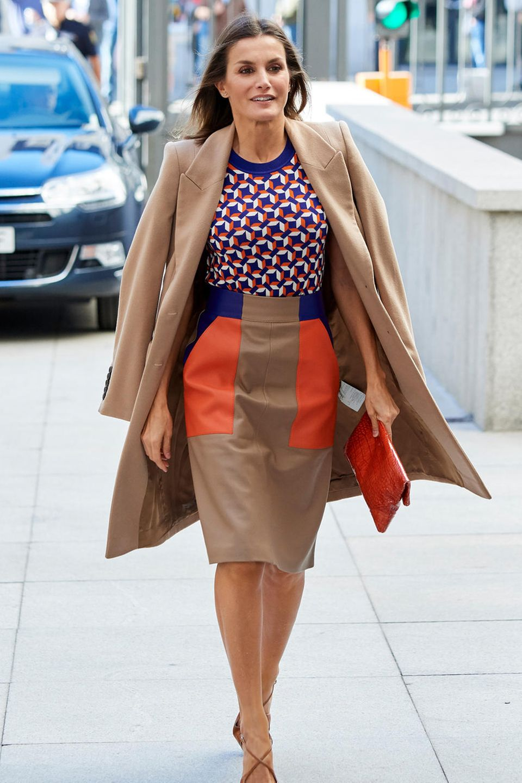 Königin Letizia liebt eng anliegende Statement-Röcke.