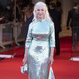 Helen Mirren setzt ebenfalls auf den ganz großen Glamour. Die silber-türkisfarbene Robe schimmert von oben bis unten, lässt die Hollywood-Diva in einem ganz einzigartigenGlanz erstrahlen.