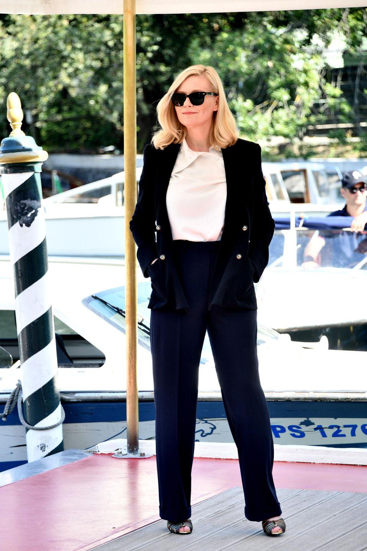 Auch Kirsten Dunst zeigt sich bei ihrer Ankunft in Venedig von ihrer eleganten Seite. Die Schauspielerin trägt einen klassischen Hosenanzug, kombiniert dazu ein weißes Shirt und Sandaletten. Dass sie vor gerade einmal anderthalb Monaten zum zweiten Mal Mutter geworden ist, ist ihr nicht mehr anzusehen.