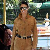 Bequem, aber trotzdem stylisch kommt Supermodel Adriana Lima in Venedig an. Die brünette Beauty trägt einen cognacbraunen Veloursleder-Overall und XXL-Shades und legt damit einen Wow-Auftritt hin.