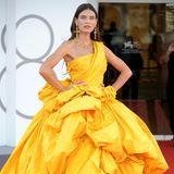Im gelben Wow-Dress von Dolce & Gabbana zeigt sich Bianca Balti beim Filmfestival in Venedig. Das italienische Model versprüht in ihrem Knaller-Look eine Prise Glamour, die dem Anlass entspricht.