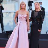Am Abend zeigen sich die beiden Damen dann in eleganter Couture. Während sich Amelia Spencer für einerosafarbeneRobe mit Schleifen-Detail am Dekolleté entschieden hat, zeigt sich ihre Schwester Eliza in einem schwarzen Dress mit transparenten Einsätzen.