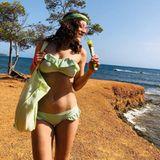 """""""Like ice in the sunshine"""", schreibt Jasmin Wagner zu diesem süßen Schnappschuss, auf dem wirklich alles farblich aufeinander abgestimmt scheint. Grüner Bikini, grünes Haarband, grüne Tasche – und sogar das Eis ist grün! Ob Jasmin das so geplant hatte? Die Sängerin grüße ihre Follower:innen mit dem sexy Foto von der Sonneninsel Ibiza, wo sie derzeit urlaubt."""