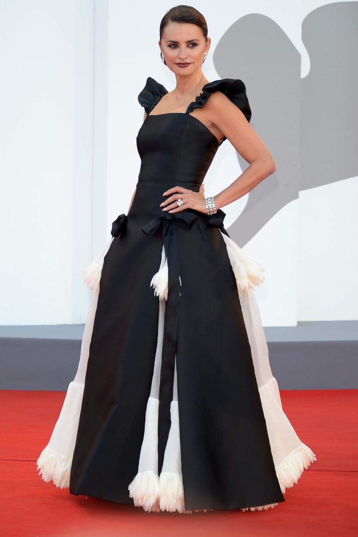 Schwarz-Weiß ist immer eine sichere Bank, weiß auch Penélope Cruz. Die Schauspielerin wählt für den Auftakt der Filmfestspiele in Venedig eine Chanel-Robe mit Wow-Effekt. Der zweiteilige Rock mit Abnähern macht das Dress zu einem absoluten Hingucker. Das dramatische Make-up mit dunkelroten Lippenintensiviert die Dramatik des Looks. Wow!