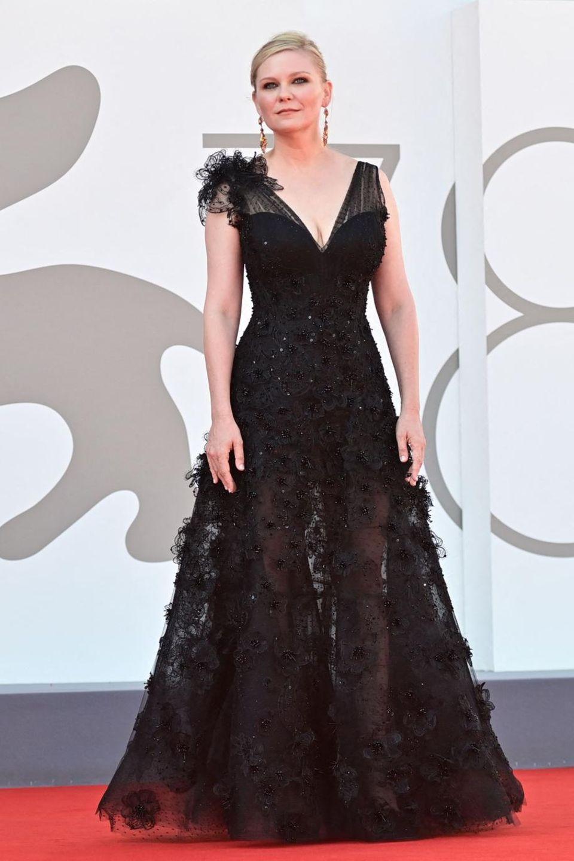 Abends zeigte sich Kirsten Dunst dann in einem schwarzenDress von Giorgio Armani. In dem teils transparentenKleid mit Spitzenstickerei wirkt die Schauspielerin elegant, das dunkle Make-up der MarkeCharlotte Tilbury verleiht dem Auftritt Dramatik.
