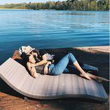 Outdoor: Rebecca Mir + Massimo Sinato lassen es sich am See gut gehen