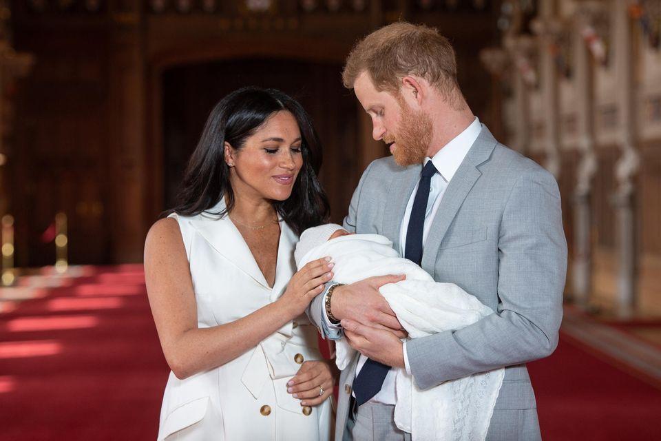 Herzogin Meghan und Prinz Harrymit ihrem neugeborenen Sohn Archiewährend des Fototermins in der St. George's Hall auf Schloss Windsor am 8. Mai 2019