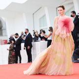 """Rebecca Ferguson erblüht auf dem Red Carpet der """"Dune""""-Premiere im floralen Look von Dior."""