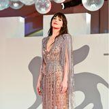 Dakotas Johnson fransiger Glamour-Look von Gucci sorgt bei den Gästen und Fotografen am roten Teppich für Herzrasen.