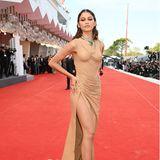 """Zendaya setzt bei der """"Dune""""-Premiere auf verführerisches Wet-Look-Styling. Des sexy Outfit stammt von Balmain."""
