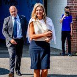 Königin Máxima eröffnet das MBO-Jahr in Houten. Für diesen Anlass setzt sie auf einen klassischen Look aus Bluse und Rock. Sommerliche Akzente setzt sie mit den großen Muschel-Ohrringen aus dem Hause Prada.