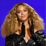 """Allein 28 Grammys hat Beyoncé als Solokünstlerin gewonnen, nochmal drei als Mitglied von """"Destiny's Child sowie unzählige andere Preise, und auch im Filmbusiness mit Schauspiel, Produktion und Regie mischt der Superstar heute groß mit. Von Riesenerfolg bezüglich Familie kann man bei den Carters auch sprechen, seit 2008 ist sie mit Jay-Z verheiratet, ihre erste Tochter Blue Ivy wurde 2012 geboren, 2017 folgten die Zwillinge Rumi und Sir. Am 4. September 2021 feiert Beyoncé ihren 40. Geburtstag. Happy Birthday!"""