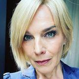 Und, hätten Sie Désirée Nosbusch wiedererkannt? Für eine neue Rolle trägt die Schauspielerin nun einen blonden Bob. Wer genauer hinschaut, kann jedoch erkennen, dass es sich bei der neuen Frisur um eine Perücke handelt. Ihrer dunklen Mähne ist sie also doch treu geblieben!