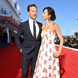 """Benedict Cumberbatch und seine Frau Sophie Hunter geben nicht nur aufroten Teppichen ein tolles Paar ab, bei der Venedig-Premiere von""""The Power Of The Dog"""" und mit Sophie in einem sommerlichen Red-Carpet-Look von Emilia Wickstead aber dort mal wieder eindrucksvoll."""