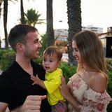 Saludos! Sommerliche Grüße schickt Familie Götze ihren Instagram-Fans mit diesem süßen Foto. Zusammen mit Söhnchen Rome genießen Mario und seine Ann-Kathrin einen abendlichen Spaziergang an der Promenade, wo genau bleibt ihr Geheimnis.