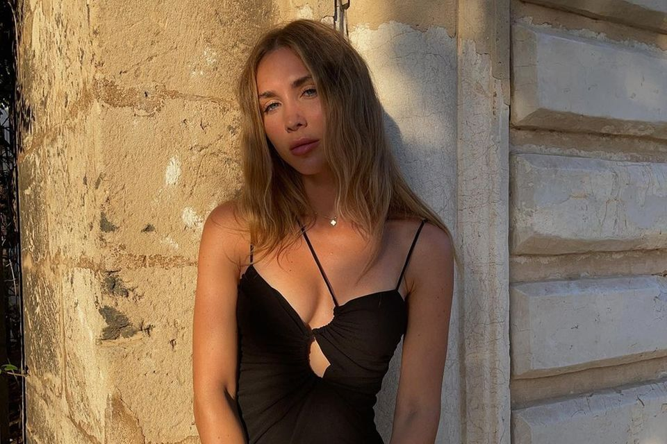 Bei Ann-Kathrin Götzes Kleiderschrank könnte man regelmäßig neidisch werden. Immer wieder zeigt sie sich in mit den neusten Designer-Taschen und It-Pieces. Bei ihrem neusten Kleid mit sexy Cut-Outs hat sie jedoch ein richtiges Schnäppchen gemacht. Das Minidress ist nämlich von Zara und kostet gerade mal 30 Euro.