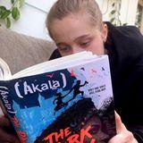 """In Shilohs Jugendroman """"The Dark Lady"""" von Akala geht es um den fünfzehnjährigen Waisenjungen Henry – ein Dieb mit Superkräften. Nicht ganz leichte, aber auch wichtige Kost, mit der sich Angelina Jolies Kids die freie Zeit vertreiben."""