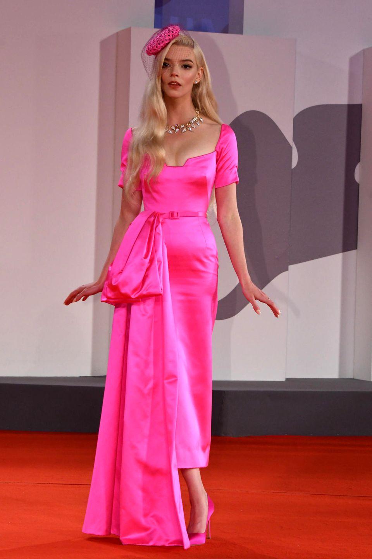 Anya Taylor-Joy entscheidet sich auf dem Red Carpet für ein Kleid von Christian Dior und Schmuck von Tiffany & Co.
