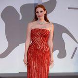 """Jessica Chastain erscheint bei der Premiere von """"Scenes From a Marriage"""" in einem funkelnden Kleid aus dem Hause Versace und einem Collier von Chopard."""