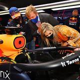 Und auch Königin Máxima und König Willem-Alexander sind höchst interessiertan dem neuen Rennwagen, mit dem Max Verstappen in dieser Saison fährt.