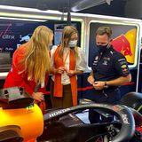 Der ehemalige Rennfahrer und Teamchef von Red Bull Racing Christian Horner erzählt den Prinzessinnen einiges über den neuen Formel-1-Boliden.