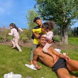 5. September 2021  In Manchester scheint keine Sonne? Von wegen! Und die nutzenCristiano Ronaldo und seine Kids für einen lustigen Familiensonntag im Garten, bevor es bald wieder mit den Spielen in seiner neuen und alten Fußballmannschaft Manchester United los geht. Papa ist schließlich der perfekte Kletterbaum.