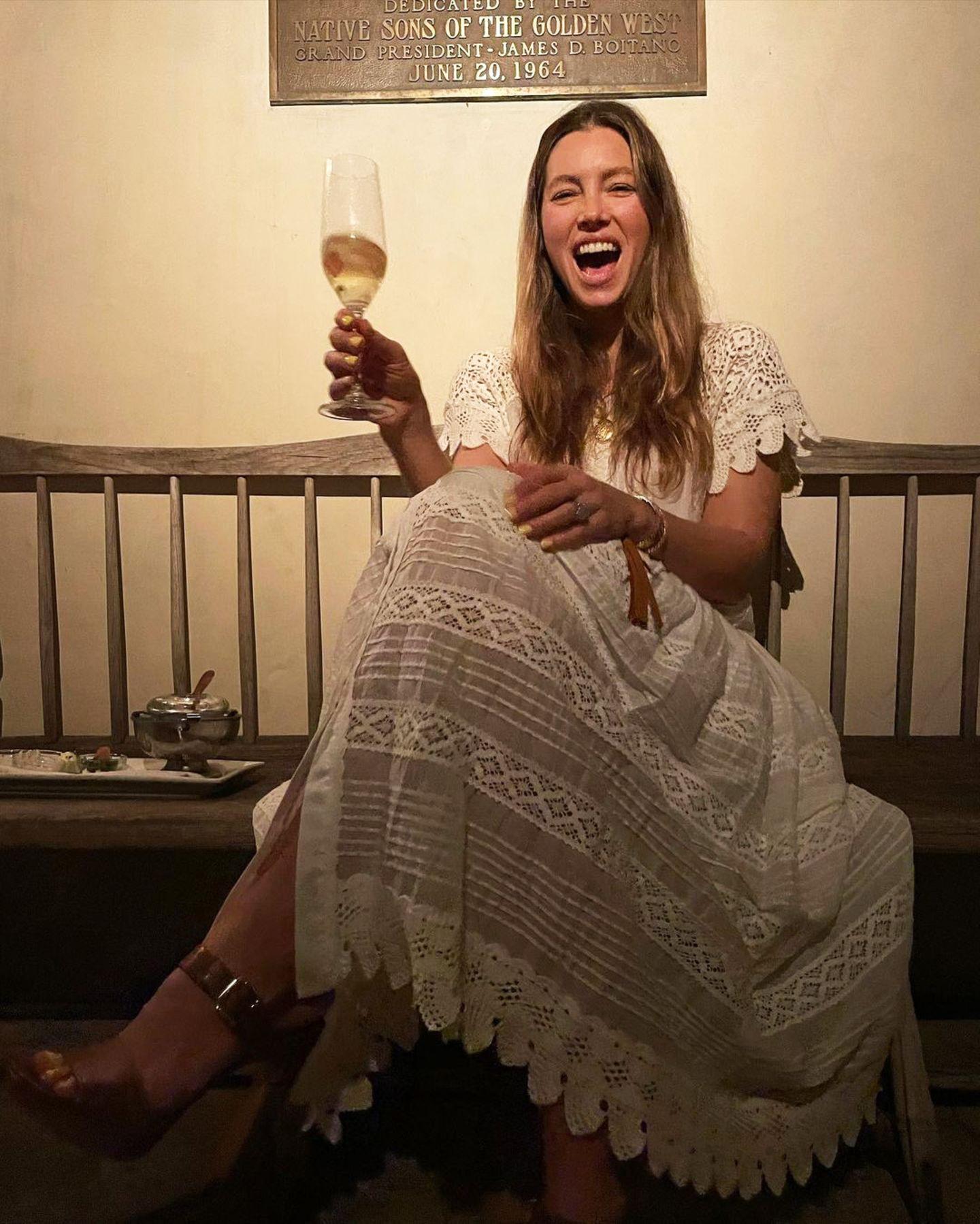 Da freut sich aber jemand ganz besonders über seinen Drink! Jessica Biel genießt bei bester Laune ihr Gläschen Sekt oder Champagner, und als zweifache Mama denkt sie dabei auch an allen anderen Mütter, die sich nur selten mal eine Happy-Hour-Auszeit gönnen. Na, dann noch viel Spaß!