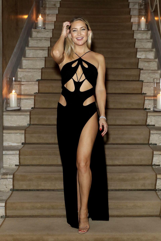 Wow! Kate Hudson macht ihrem Ruf als Stilikone in Venedig alle Ehe! In ihrem Cut-Out-Dress mit Beinschlitz von Mônot zieht die Schauspielerin alle Blicke auf sich.