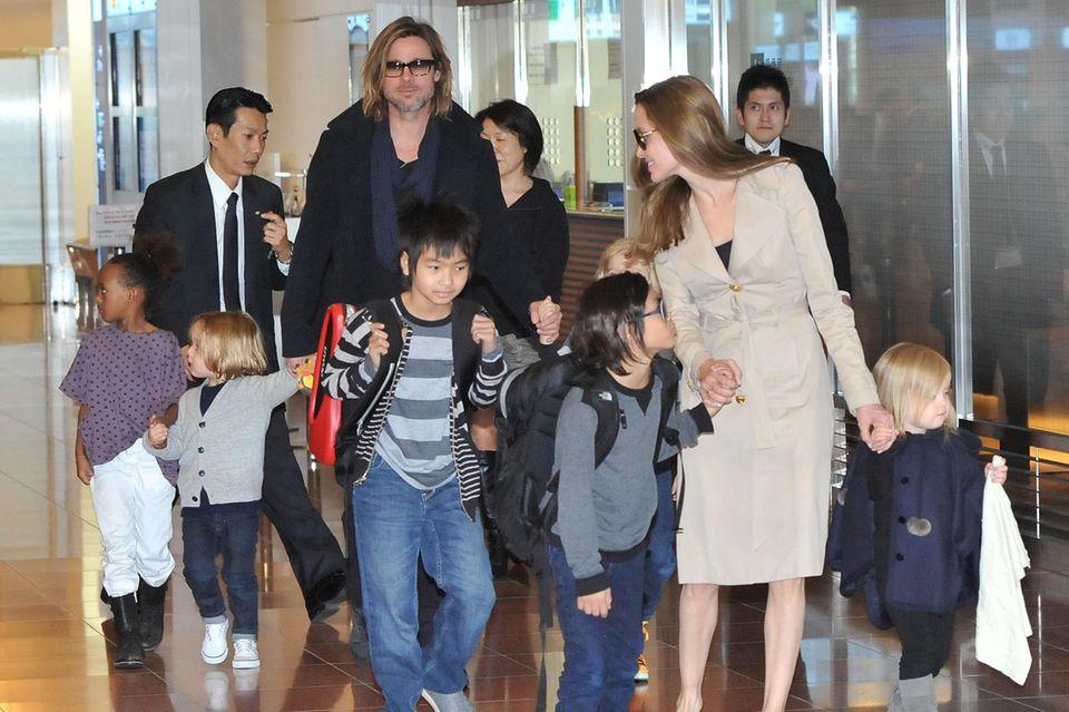 Damals schien die Welt noch in Ordnung: Angelina Jolie und Brad Pitt im Jahr 2011 gemeinsam mit ihren sechs Kindern Maddox, Pax, Zahara, Shiloh, Knox und Vivienne am Flughafen von Tokio.