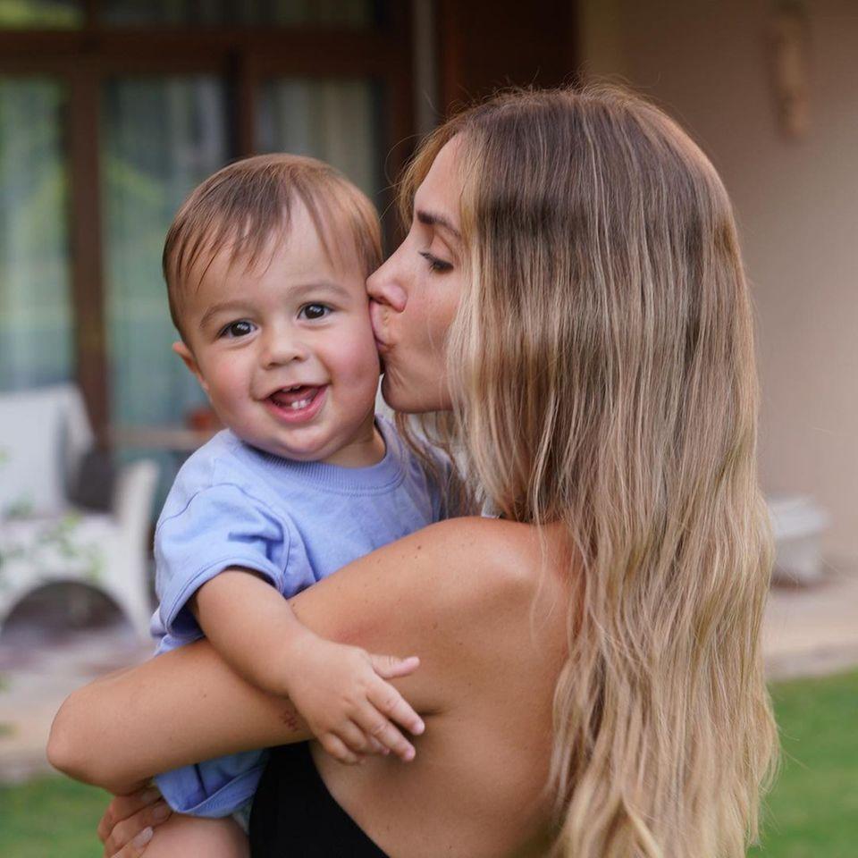 Sprösslinge: Ann-Kathrin Götze gibt ihrem Sohn Rome einen dicken Schmatzer