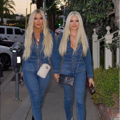 Auch Hollywoodstars wie Tori Spelling (links im Bild) scheinen Gefallen an dem Look der 37-jährigen Khloé Kardashian gefunden zu haben. Sie setzt zusammen mit ihrer Freundin Laura Rugetti auf einen Jeans-Overall und platinblonde Haare. Tori sorgt hier also gleich zweimal für Verwechslungsgefahr: Als Fashiontwin mit Freundin Laura und als Doppelgängerin von Khloé.