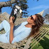 Stars mit Buch: Cindy Crawford liest in Hängematte